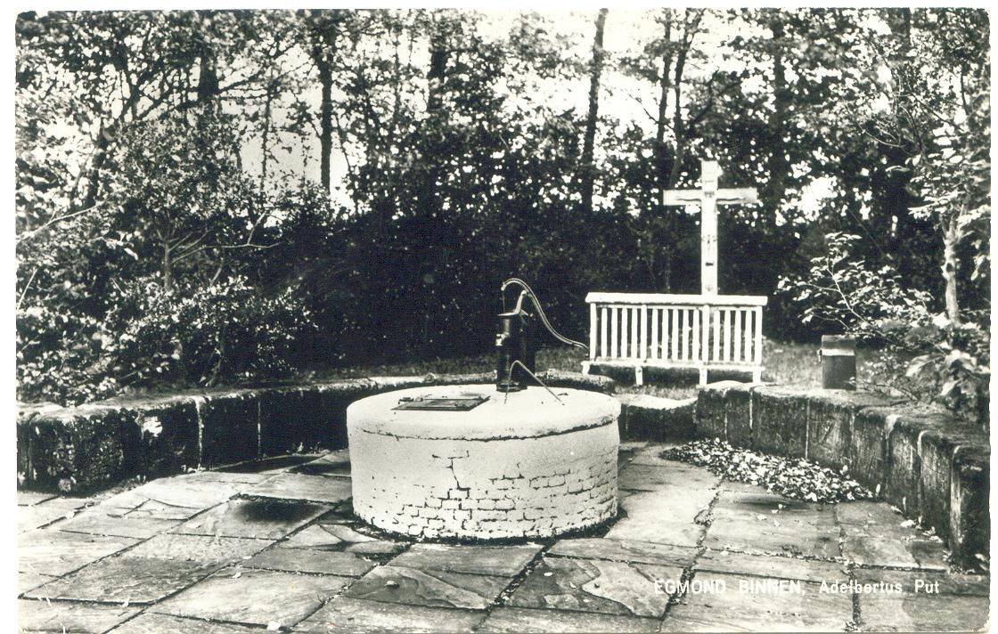 De Adelbertusput met rechts het offerblok.