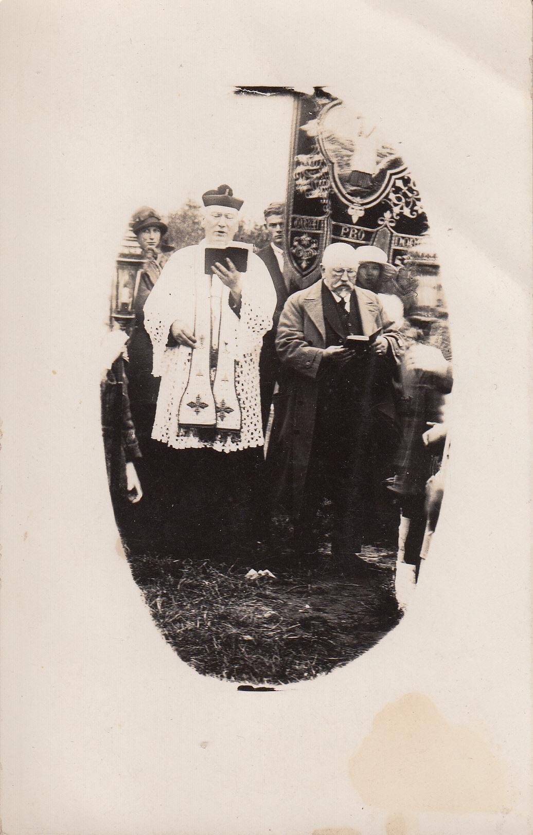 Processie met pastoor Rovers van de Adelbertuskerk. Rechts Gerrit van den Bosch.